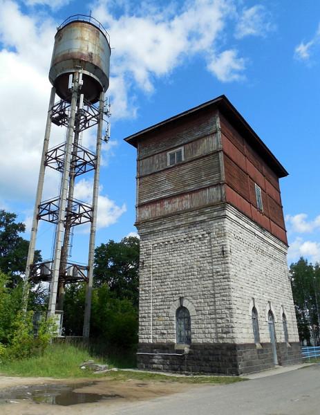 Две водонапорные башни. Одна историческая (1905 г.), хотя и типовая (в целом). Другая -- нет. И не станет ею никогда...