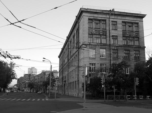 Для точности укажем, что с 1961 г. Нарымский проспект именуется в честь Юрия Гагарина. На снимке показана его самая старая частьТак что пусть будет старое название проспекта указано. Разделяет два проезда Благодатная улица. Кстати, бывший одноимённый переулок.