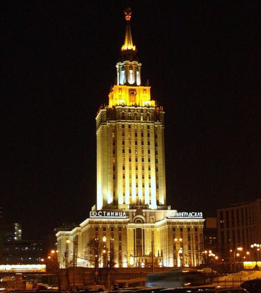 Это первая сталинская высотка, которая встречает гостец столицы, приехавших из Петербурга или Ярославля. Насчёт казанского направления -- вопрос спорный. Возводилась в 1949-54 гг. Имеет 17 этажей. Общая длина -- 136 метров. Каланчёвская улица, 21/улца Маши Порываевой, 40.