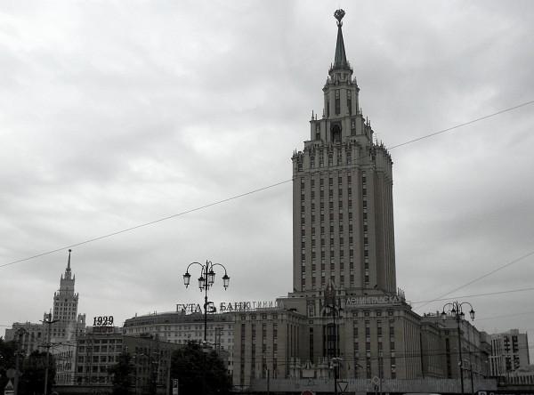 Это вид на запад, в сторону центра столицы. На переднем плане высится хотел, названный в честь города Ленина. Правее видна высотка на Лермонтовской площади.