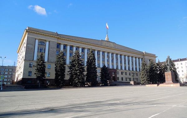"""Выстроен в 1958 г. После завершениея строительства архитектурный ансамбль главной площади Липецка был окончально сформирован. Заодно её и переимновали (была """"Интернациональной"""", стала """"Ленина""""). Здание продолжает выполнять свои прямые функции, служа домом одновременно для законодательной и исполнительной властей 48-го региона. Правда, с 1993 г. площадь снова именуется Соборной."""