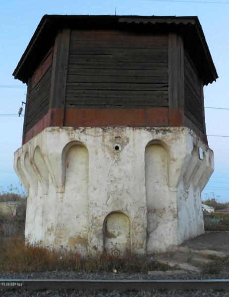 """Железнодорожная станция линии Елец-Грязи Рязано-Уральской ЖД введена в строй в 1868 г. Видимо, тогда же поставлена и здешняя водонапорная башня. Ближайшая её """"сестра"""" располагается на станции """"Никольское"""" линии Грязи-Козлов (он же Мичуринск)."""