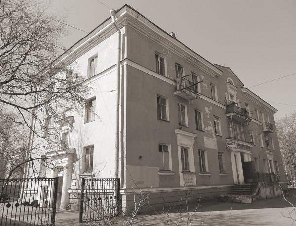"""Один из достаточно типичных """"немецких домов"""". Фасад не в лучшем виде, к сожалению. Андрей А. Оль, 1953."""