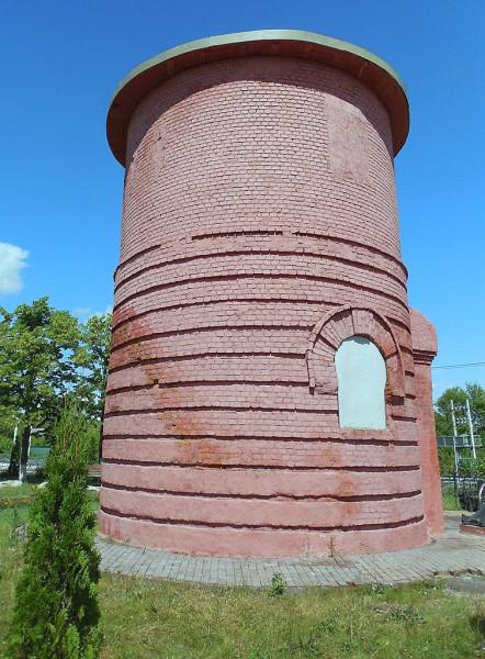 """Водонапорная башня станции """"Венёв"""" открылась вместе со станцией в 1904 г. В декабре 1941 г. пострадала от взрыва, устроенного сапёрами Вермахта. После этого существует в уполовиненном виде. К сожалению, в октябре 2013 г, когда была завершена реконструкция станции, башню не восстановили в первоначальном виде."""