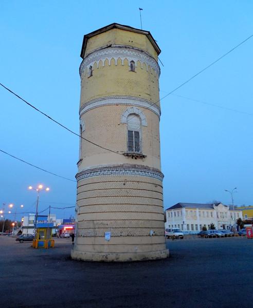 Станция открыта в 1900 г. Заодно поставлена и водонапорная башня. Нынче располагается посреди автобусной станции.