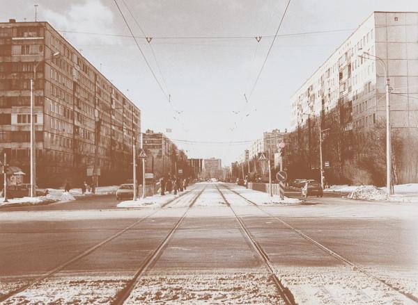 Улица названа в честь микрорайона, в котором она и проходит. Кстати, примерно здесь деревня Купчино и находилась. Наименование официально появилось на карте города 16.07.1973 г. Снимок не такой давний, декабря 2004 г.