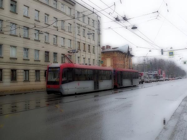 На Среднем проспекте Васильевского острова из-за ремонта Тучкова моста нынче бегают вот такие непривычные поезда.
