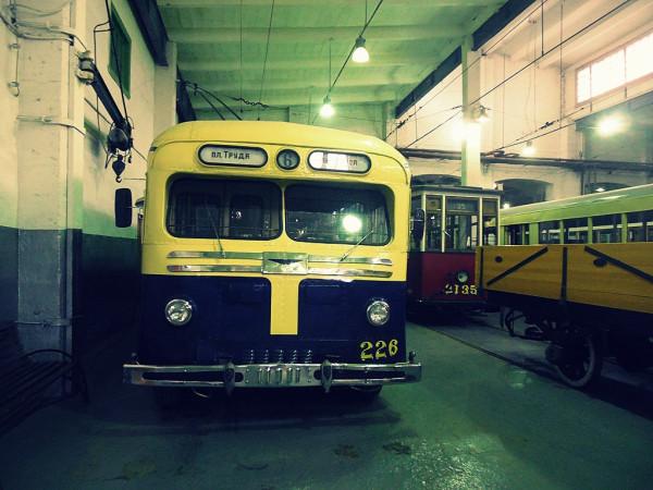 """""""Я в синий троллейбус сажусь на ходу, в последний, случайный"""" (С) МТБ-82Д. По сути, это именно он, воспетый Булатом Шалвовичем."""