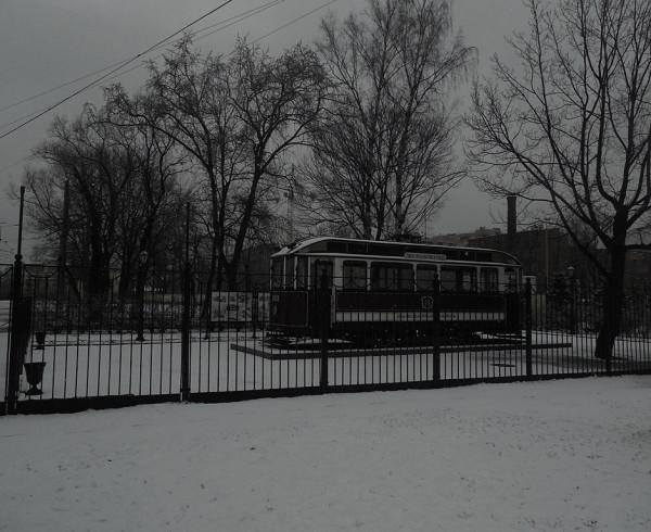 Расположен у проходной Василеостровского трампарка.