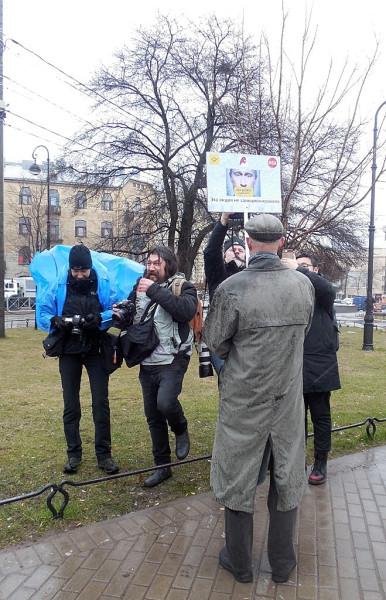 """Гражданская акция в Александровском парке, 29 апреля 2017 г. С точки зрения полиции, это называтся """"шествием"""". Очень логично.:)"""