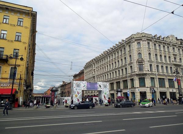 Угол Невского и Малой Конюшенной. Июнь 2017 г.