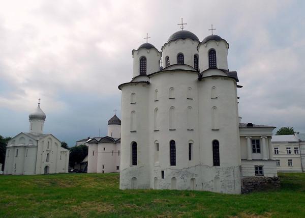 Посерёдке -- Никольский собор.