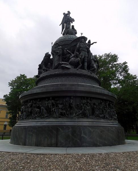 Памятник в новгородском Детинце