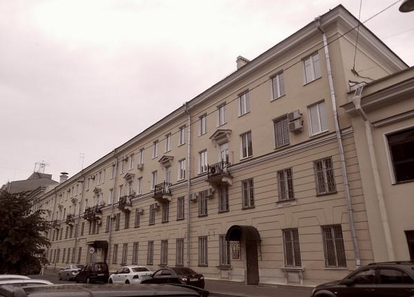 Официальный адрес спецприёмника ГУ МВД РФ по СПб и ЛО. На самом деле, здесь находятся ведомственная гостиница и разные прочие подразделения полицейского Главка. Сама тюрьма располагается в соседнем, четвёртом доме по бывшей улице Каляева.