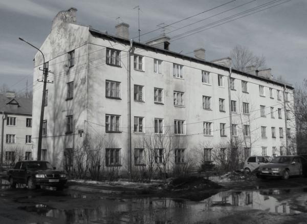 Дом послевоенный, строился немецкими военнопленными. Но такой тип больше в Петербурге и окрестностях не встречается.