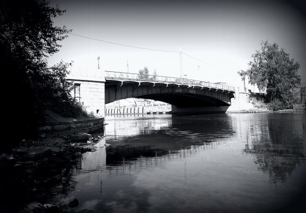 С реки, через которую он переброшен и в честь которой назван.