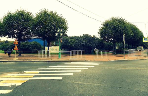 Да, это не только парк, но и улица. Западная часть поля.