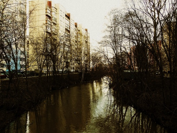 Это часть реки протекает в черте Петербурга, в Весёлом Посёлке.