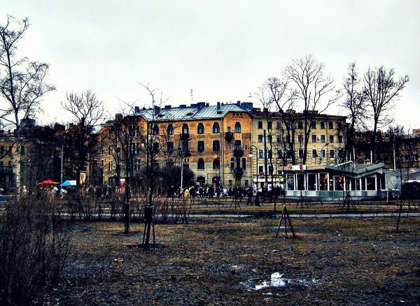 Вид из парка на Каменноостровский проспект. Март 2007 г.