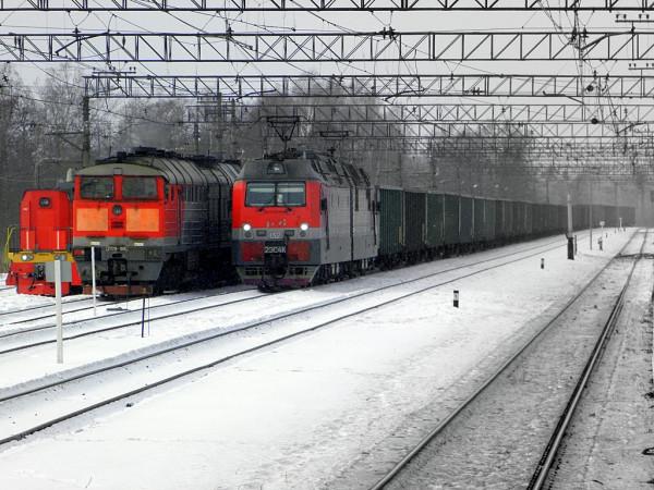 """Видно только два. Плюс маневровый тепловоз у третьего. Станция """"Приозёрск"""" Октябрьской железной дороги, март 2018 г."""