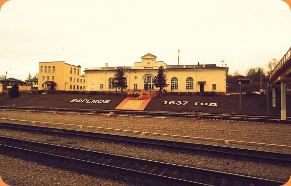 Станция открыта в составе участка Узловая-Елец Ряжско-Вяземской железной дороги. Нынешний вокзал построен в 1954 г. В 2010 г. перед зданием установлен памятник Ивану Бунину.