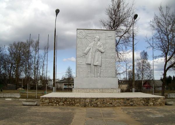 Псковская область, пос. Плюсса, Центральная площадь. Апрель 2009 г.
