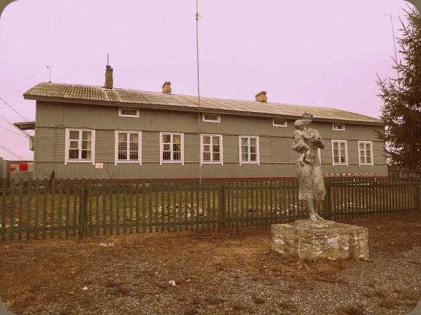 Вид на вокзал со стороны улицы Петровского. И на статую при оном. Произносить вслух народное название монумента не стану. Май 2018 г.