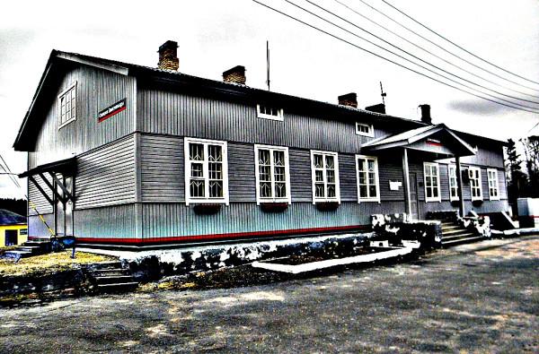 """Построен во время Войны-продолжения (Jatkosota) в 1942-3 гг на станции """"Алхо"""". После войный перевезён сюда. Вид со стороны путей. Май 2018 г."""