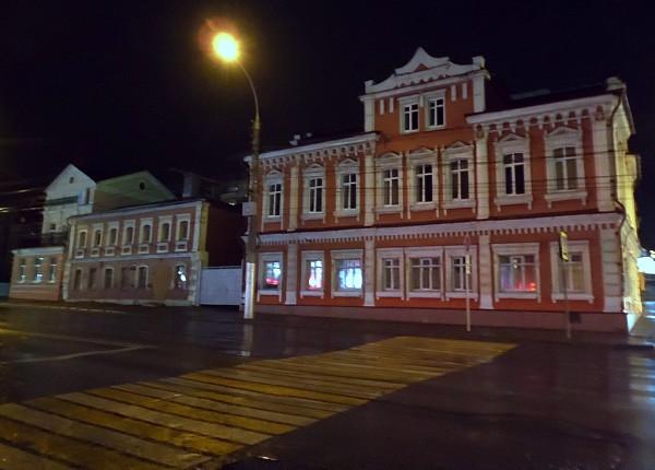 Она же -- улица Фрунзе. Угол Базарной (Первомайской). Май 2015.