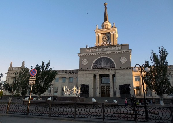 """Он же -- """"Волгоград-I"""". Станция """"Царицын"""" открыта в 1871 г. Современный вокзал построен в 1954 г. Нынешнее название станции -- с 1961 г."""