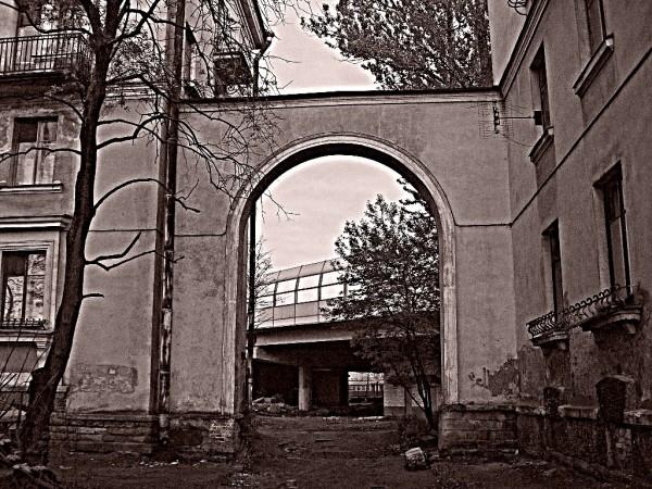 Ржевка. Арка между домами №№ 109 и 111. Май 2008 г.
