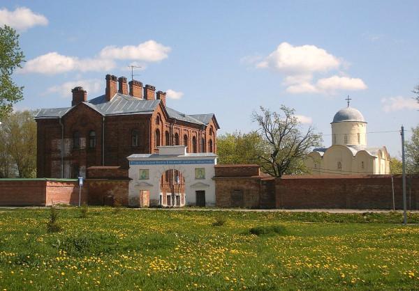 Угол Волховского проспекта и Успенского переулка.