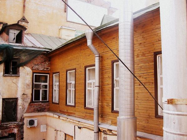 Средний, 44/11-я линия, 32. Вид со двора. Август 2006 г.