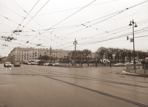 В центре площади -- митинг памяти Бориса Немцова. Первая согласованная политическая акция оппозиции со времени начала правления Александра Беглова.