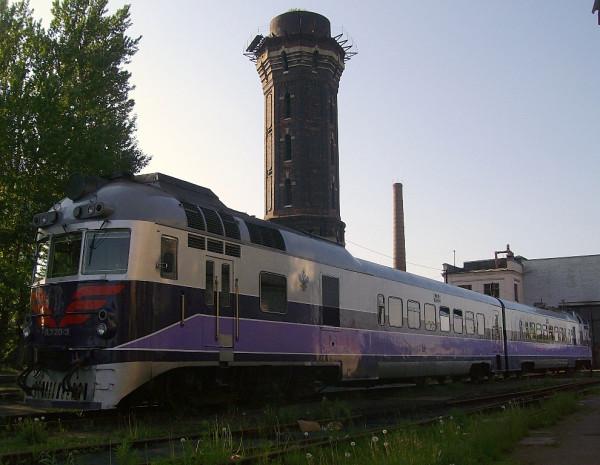 Дизель-поезд и водонапорная башня станции. Водонпорка цела, но поезда здесь больше не ходят. Май 2010 г.