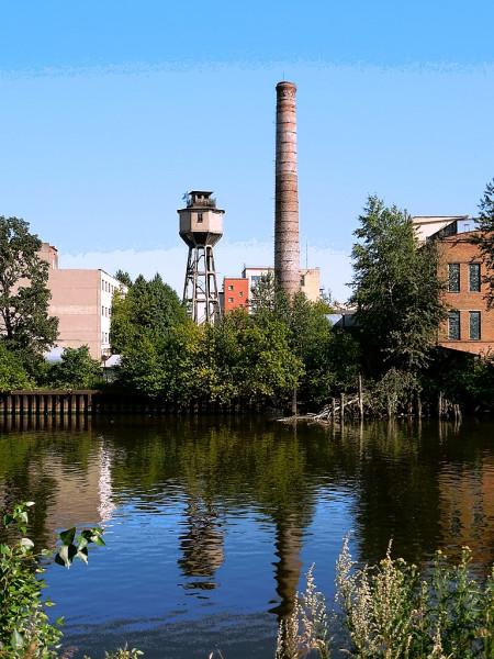 Позднее - ЛГЗ. Вид с набережной реки Екатерингофки. Снимок июля 2015 г.