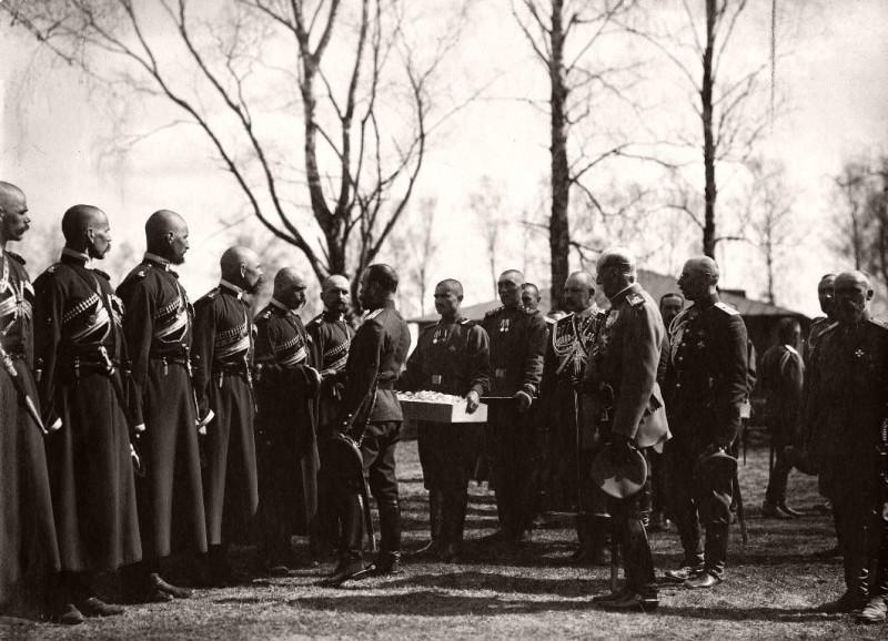 Пасха 1916. Христосование Государя с горцами ЕИВ конвоя