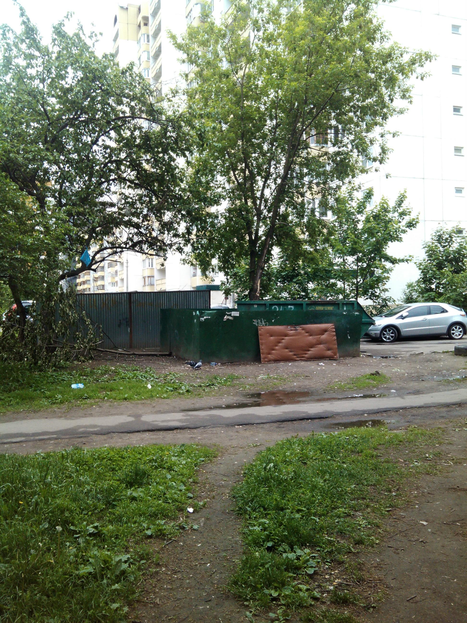 На втором фото — мусорный контейнер во дворе дома 9а по ул. Пушкинская (удаление от «волшебного места» ~ 700м ). Злые языки говорят, что и этот дом не совсем чужой для В.В. Кирпичева.