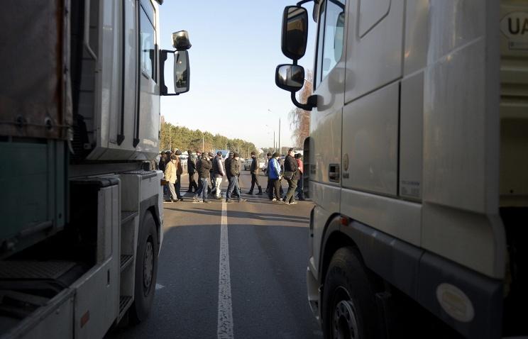 Члены националистической партии Свобода начали блокировать проезд российских грузовиков