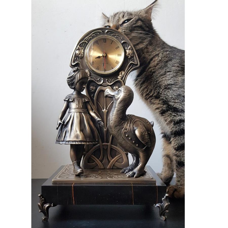 Кот Пардус исследует свежепринесённую неведому фигню, которая ещё и тикает.