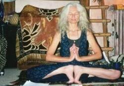 Рис. 7. Джанин Парвати (Jeannine Parvati) (1949 – 2005), американская духовная акушерка и инструктор по йоге. В 80-е годы ХХ века привнесла практику «лотосового рождения» в среду приверженцев ЕР в США (31 ). Источник: https://en.wikipedia.org/wiki/Lotus_birth