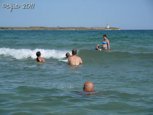 Валік та Ілля ловлять хвилі