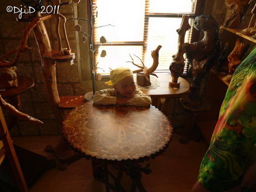 Ілля за столиком у музеї дерев'яної скульптури
