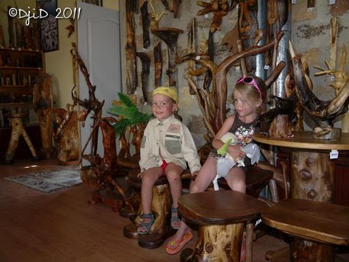 Ілля та Ангеліна у музеї дерев'яної скульптури