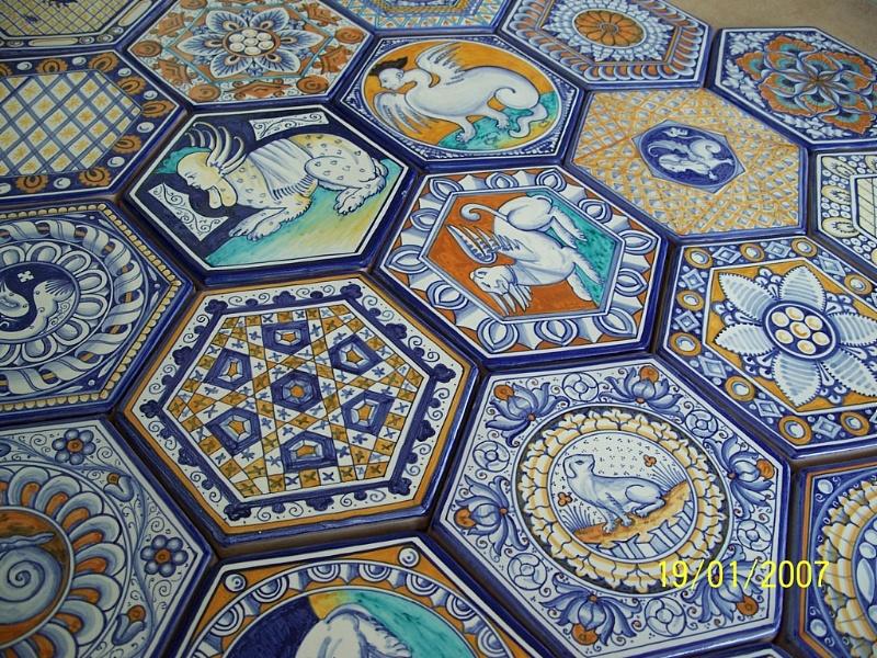 pavimenti-maiolicati-artistico-interno-esagonale-interni-di-prestigio-pavimento-in-maiolica-dipinto-a-mano-stile-vaselli.6460.prodotto (1)