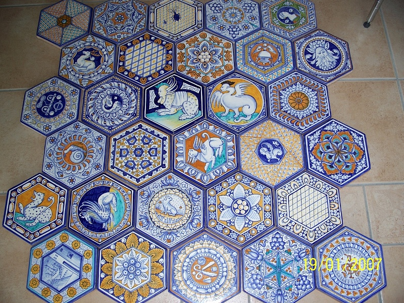 pavimenti-maiolicati-artistico-interno-esagonale-interni-di-prestigio-pavimento-in-maiolica-dipinto-a-mano-stile-vaselli.9359.prodotto