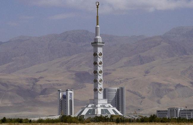 Монумент в Туркменистане