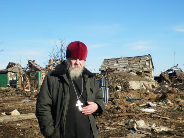 Батюшка Александр Карабанов в освобождённом Никишино 23 февраля 2015