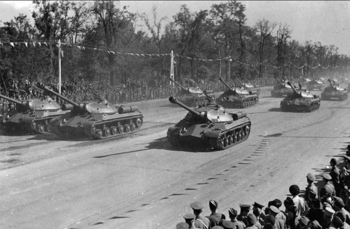 советские тяжёлые танки ИС-3 на параде 7 сентября 1945 года