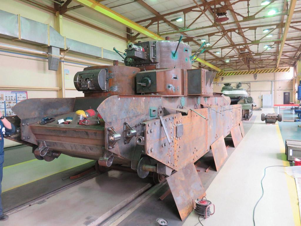 2 что изображено на фотографии: советский танк т-26 на военных маневрах